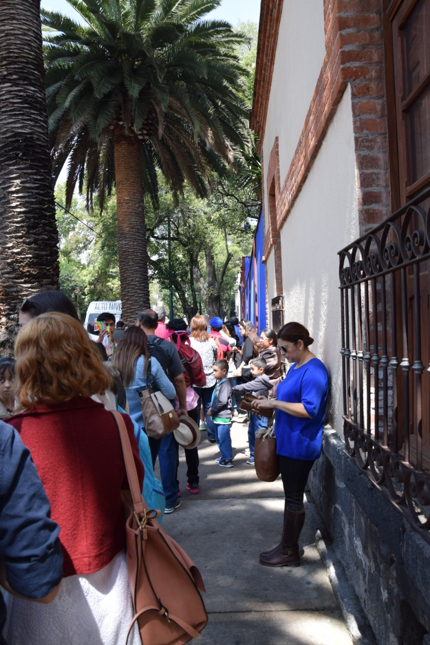 Queuing in front of the Casa Azul
